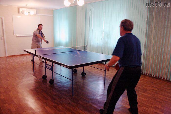 Турнир по теннису. Играют отец и сын