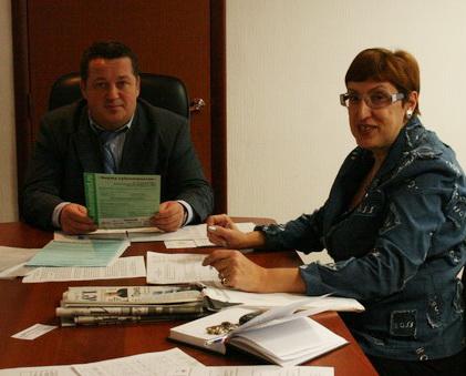 Первый заместитель мэра Магнитогорска Владмир Ушаков и Марина Волкова беседуют о субконтактации