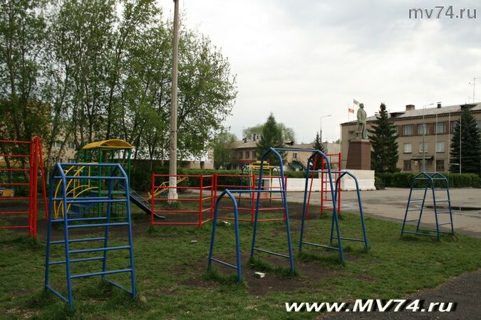 Детскую площадку в Аргаяше построили рядом с памятником Ленину