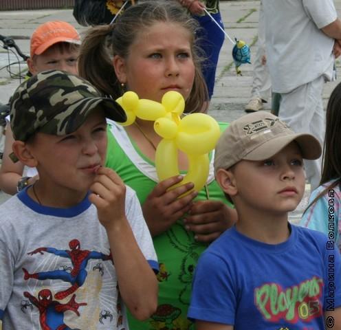 Дети Увелки слушают стихи