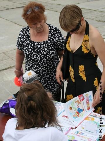 Бабушка и мама выбирают книги
