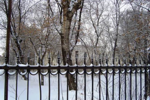 вместо ограды - бетонный забор.