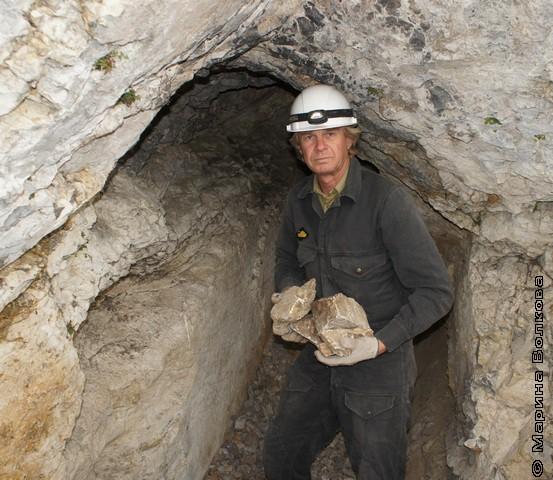 Владимир Юрин в открытой пещере