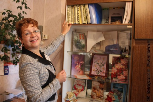 Л.В.Щукина у стеллажа с работами библиотекарей