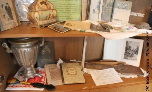 Книжный шкаф с историей