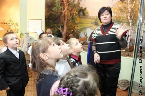 Е.А.Бородкина проводит экскурсию с первоклассниками