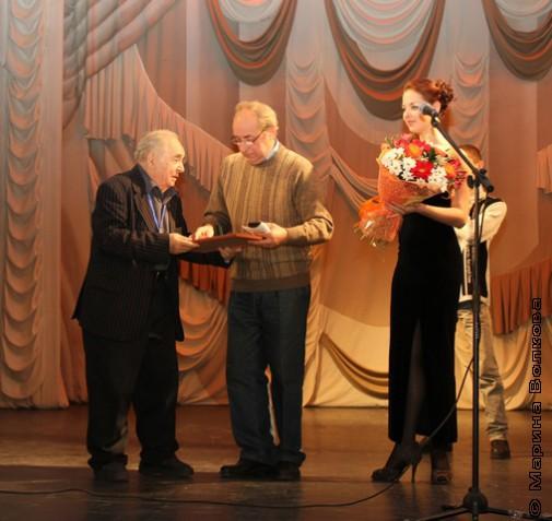 Г.В.Иванов вручает премию Мамина-Сибиряка Н.П.Воронову