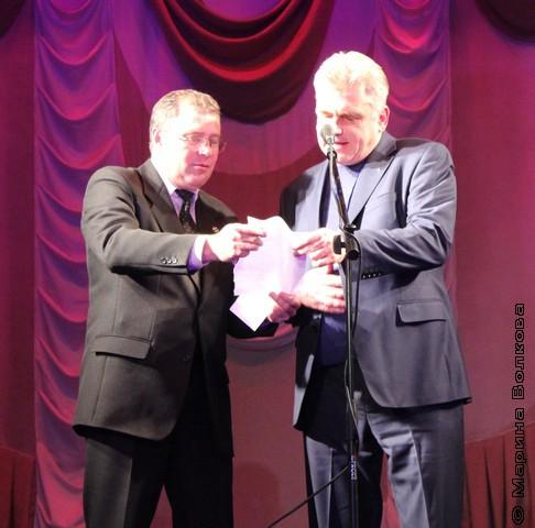 А.Б.Кердан и А.О.Морозов вскрывают конверт с именем лауреата премии