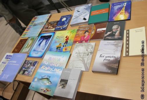 Книги, подаренные писателями мэру Магнитогорска