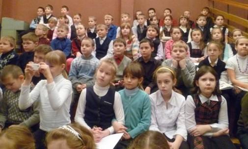 Дети слушают стихи на марафоне в 94-ой школе