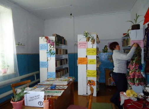 Мархаба Ахметгарифовна, воспитатель и библиотекарь, в школьной библиотеке