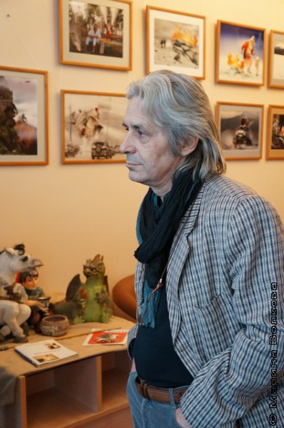 Валерий Бушухин на фоне фотовыставки...