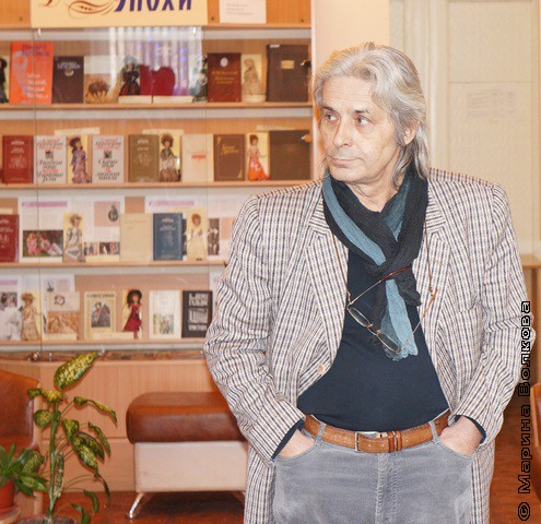 ... и на фоне книг замечательной библиотеки Пушкина, где все и происходило
