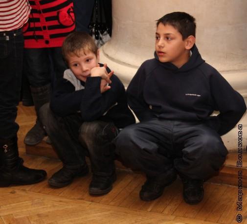 За колонной - дети с родителями у нарядной ёлки
