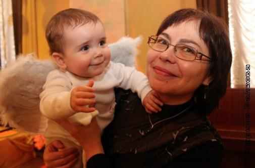 Маленький ангел с бабушкой