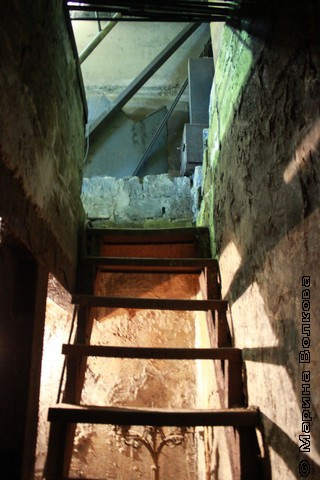 Вход в подвал, в котором куют булат