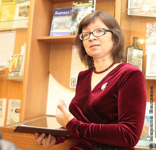 """Нина Ягодинцева - экскурсовод по выставке изданий """"литературного процесса"""""""