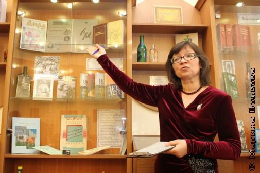 Нина Ягодинцева у стендов выставки
