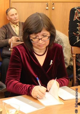 Нина Ягодинцева подписывает свою новую книгу