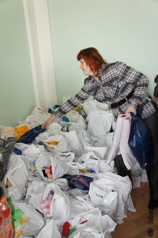 Екатерина Рябкова у пакетов с подарками