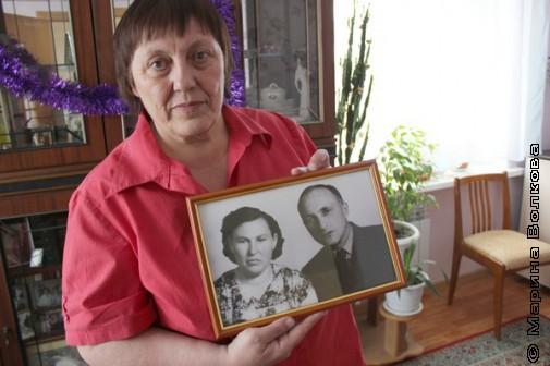 Татьяна Сергеевна с фотографией родителей. Фото тоже стоит в Машиной комнате