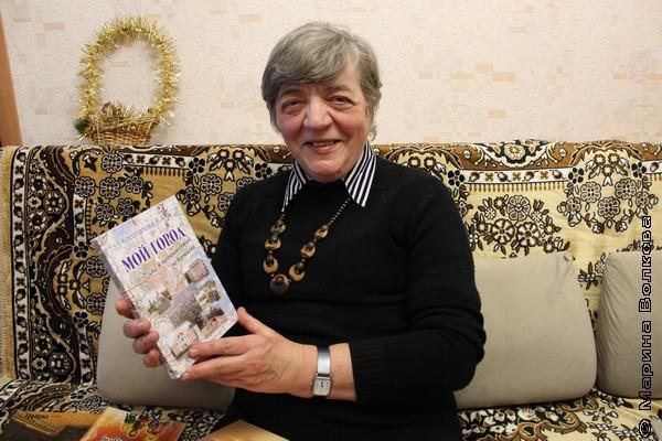 В.А.Косолапова со своей книгой о Копейске