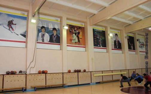 Спортивный зал украшают портреты выпускников школы-победителей чемпионатов РФ и Европы