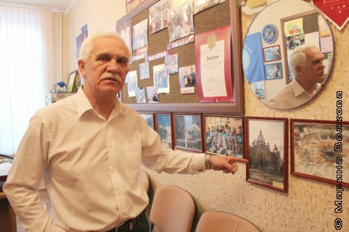 Илья Абрамович показывает фото церкви, построенной епископом Феофаном