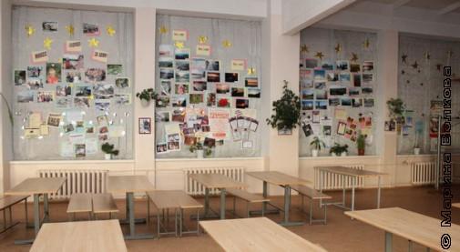 Всё, что не помещается на стенах школы, размещается на окнах столовой. Это временный архив наград за последний год
