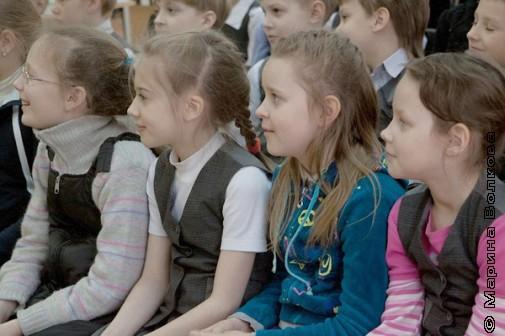 Девочки слушают стихи