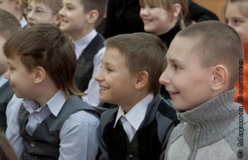 Мальчики слушают стихи