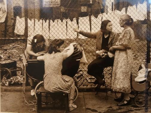 Блошиный рынок. Распродажа старой одежды.