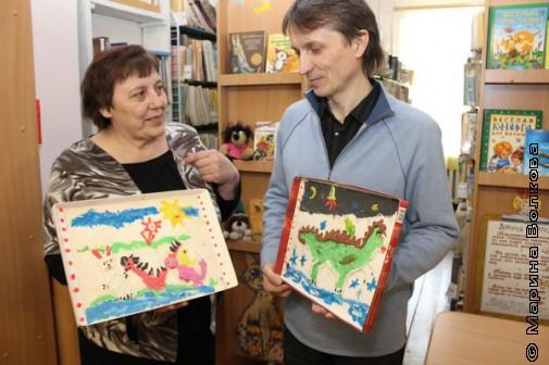 Татьяна Александрова дарит Михаилу Придворову драконов, которых сделали дети