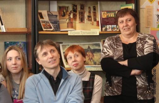 Яниса слушают ученица, поэт, учитель и библиотекарь
