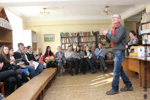 Янис Грантс выступает перед страшеклассниками