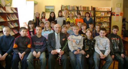 Геннадий Ефимович Осетров с юными читателями ЦДБ Копейска