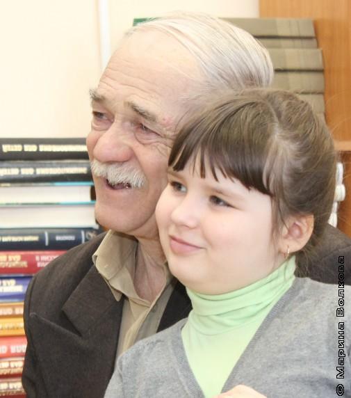 Машенька и Эвальд Каспарович слушают стихи Елены Ранневой