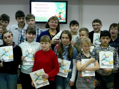 Наталья Крупина и ее юные почитатели
