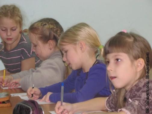 Девочки из первого класса сочиняют сказки