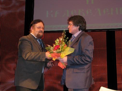Владимир Боже вручает премию Гаязу Гаяз Самигулову