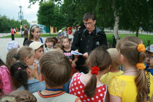 Михаил Придворов читает стихи детям Копейска