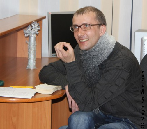 Янис Грантс слушает, как Елена Сыч читает стихи