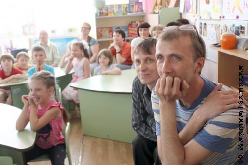 Янис Грантс и Михаил Придворов в детском саду Копейска