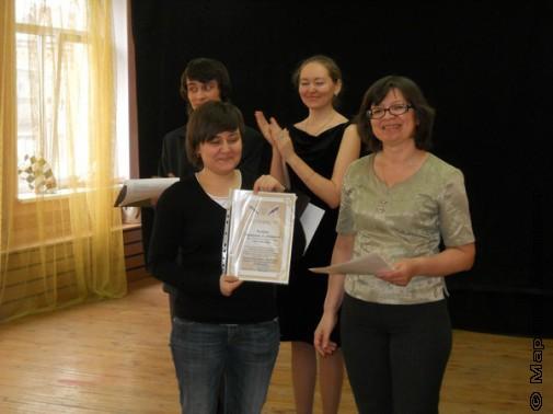 Екатерина Юркова получает сертификат на Литературные курсы ЧГАКИ
