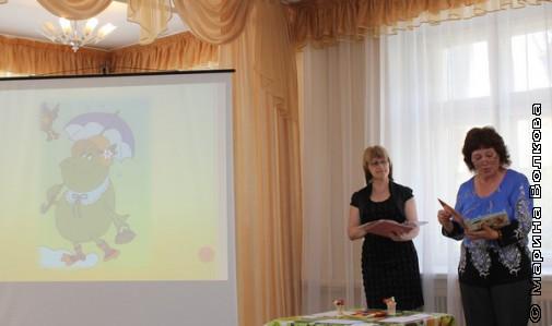 Воспитатели читают  вслух стихи Елены Сыч