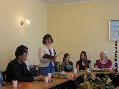 Руководитель курсов поэт Нина Ягодинцева представляет учебную программу курсов
