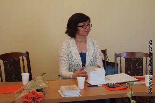 Руководитель курсов Нина Ягодинцева готовит подарки выпускникам от московской писательницы Татьяны Кондратовой