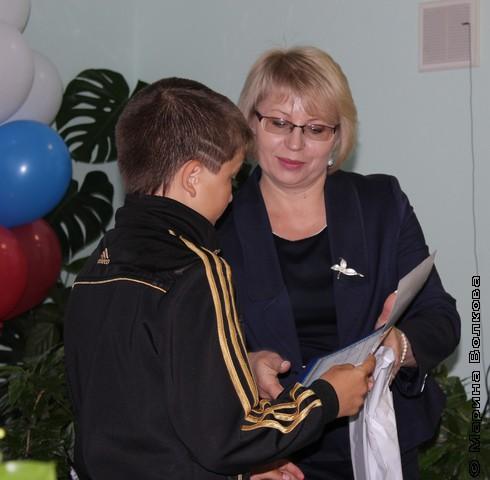 Победителя награждает Н.И.Диская, заместитель министра культуры Челябинской области