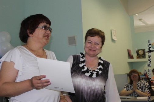 Людмила Владимировна Краснова, директор библиотеки, поздравляет победителей
