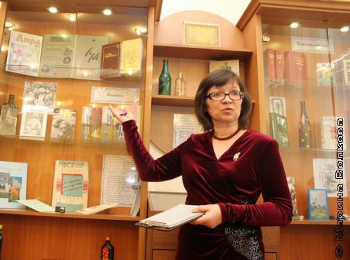 Н.А.Ягодинцева у выставки литературных журналов